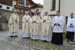 1-die-zelebranten-vor-der-kirche-DSC_0480.jpg
